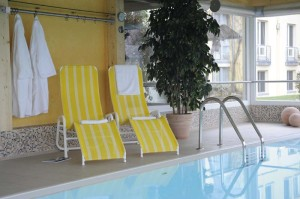 Wellness am Hotel-Pool in Warnemünde genießen